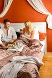 爱恋的夫妇坐的河床早餐红色玫瑰 免版税库存照片