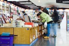 买书的顾客在书店 免版税库存图片