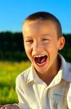 男孩尖叫室外 免版税库存照片