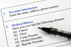 Πλήρωση του υπομονετικού ερωτηματολογίου ιατρικού ιστορικού Στοκ φωτογραφία με δικαίωμα ελεύθερης χρήσης