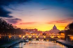 圣皮特的大教堂在晚上,罗马 库存照片