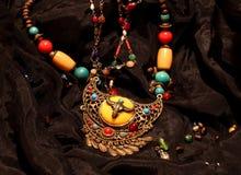 部族珠宝在黑色背景中 免版税库存照片