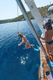 跳从小船的孩子 免版税图库摄影