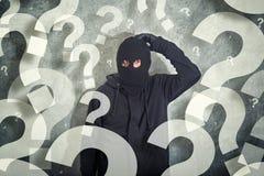 Ταραγμένος διαρρήκτης με το μέρος των ερωτήσεων Στοκ Εικόνα