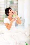 Женщина принимая пилюльки Стоковое Фото
