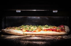 Домодельная пицца в печи Стоковое фото RF