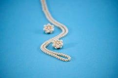 珍珠珠宝成串珠状项链耳环装饰蓝色 免版税库存图片