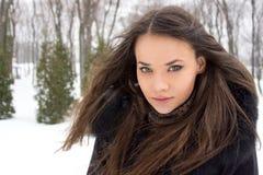 女孩纵向在冬天。 库存照片