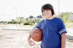 有篮球的青少年的男孩 免版税库存照片