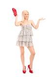 拿着钱包的一名可爱的白肤金发的妇女的全长纵向 免版税库存照片