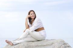 Ώριμος γαλήνιος χαλαρωμένος υπαίθριος γυναικών που απομονώνεται Στοκ φωτογραφία με δικαίωμα ελεύθερης χρήσης