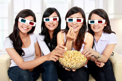 观看电影的小组女孩 库存照片
