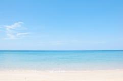 放松在海滩和热带海运 免版税库存照片