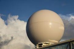 在船的雷达天线整流罩 免版税库存照片