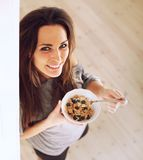 Жизнерадостная дама Начинать право утра путем еда завтрака Стоковые Фото