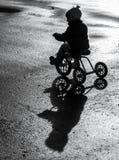 Маленький ребенок ехать трицикл Стоковые Фотографии RF