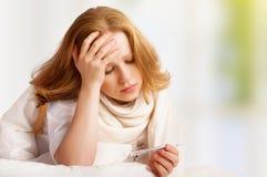 Γυναίκα με τα άρρωστα κρύα θερμομέτρων, γρίπη, πυρετός, πονοκέφαλος στο σπορείο Στοκ φωτογραφίες με δικαίωμα ελεύθερης χρήσης