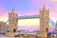 在日落的塔桥梁。 普遍的地标在伦敦,英国 免版税库存照片