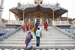 信徒亚裔妇女进来寺庙 免版税库存图片