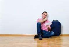 Молодой человек вызывая справочное бюро Стоковая Фотография RF