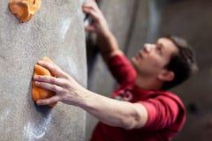 Αναρρίχηση βράχου στο εσωτερικό Στοκ εικόνες με δικαίωμα ελεύθερης χρήσης
