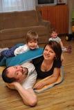 Счастливые родители в игре с их малышами Стоковая Фотография RF