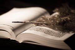 在旧书的笔。 免版税库存照片