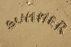在沙子写的字夏天 免版税库存照片
