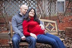 愉快的怀孕的夫妇 库存照片