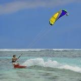 冲浪者,五颜六色的风筝 库存图片