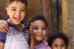 Портрет счастливых детей играя и смеясь над, предпосылка улицы в Гизе, Египете Стоковые Изображения RF