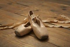 对使用的芭蕾舞鞋 免版税库存照片