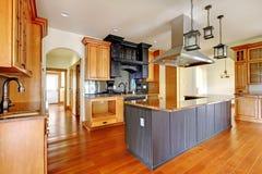 新建工程豪华家庭内部。有美好的详细资料的厨房。 免版税库存照片