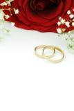 与红色玫瑰的婚戒 库存图片