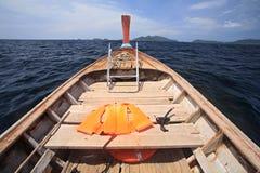 Η φανέλλα ζωής και κολυμπά με αναπνευτήρα στην ξύλινη βάρκα για την κατάδυση Στοκ Φωτογραφία