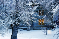 雪的老乡村模式的房子 库存照片