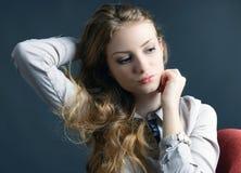 一个美丽的白肤金发的少妇在工作室 免版税库存图片