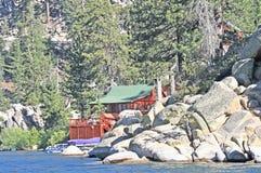 在湖的客舱 免版税库存照片