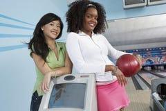 保龄球场的不同种族的女性朋友 免版税库存图片