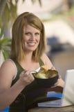 吃水果沙拉的健康妇女 免版税图库摄影
