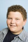 肥胖十几岁的男孩微笑 免版税库存照片