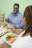 Ζεύγος που έχει τα υγιή τρόφιμα από κοινού Στοκ εικόνες με δικαίωμα ελεύθερης χρήσης
