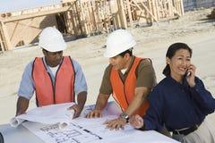Архитектор и сотрудники на строительной площадке Стоковая Фотография