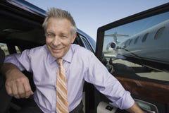 下来从汽车的资深商人 免版税库存照片