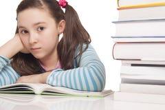 读书的美丽的小女孩 免版税图库摄影
