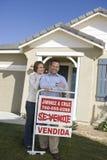夫妇有被卖的标志的家外 库存图片