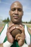 男性运动员对负铅球 免版税库存图片