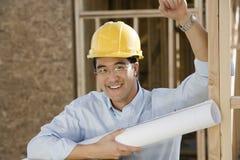 拿着图纸的成熟男性建筑师 免版税库存图片