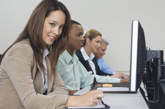 使用计算机的商人在教室 免版税库存图片