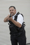 在拿着枪的防弹背心的治安警卫 免版税库存图片